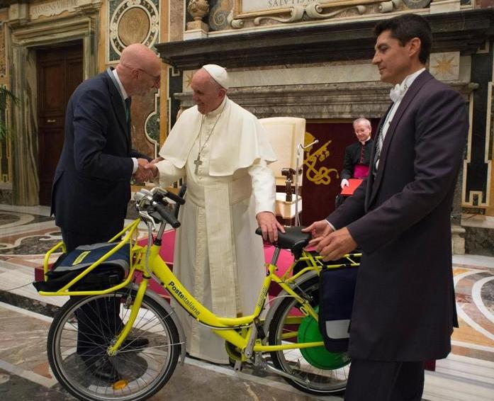 Папа Римский получил в подарок электрический велосипед