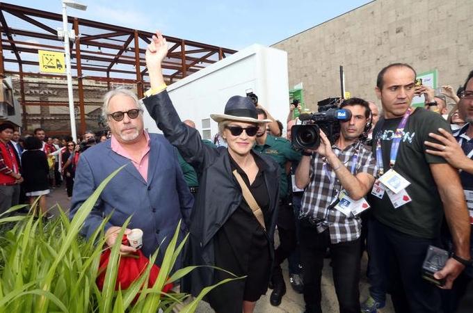 Шэрон Стоун и её поклонники на Всемирной выставке Экспо-2015 в Милане