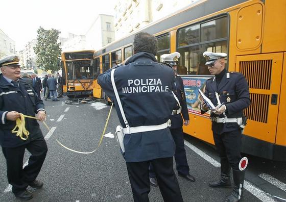 Хулиганы развлекаются в Неаполе - камни и яйца в автобус Anm