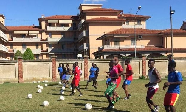 Беженцам запретили играть в футбол в Милане