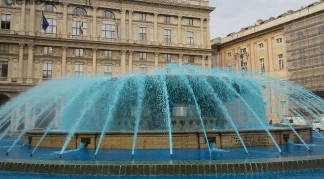 Генуя. Фонтан De Ferrari с оттенком синего, Boat Show и Сильвио Берлускони