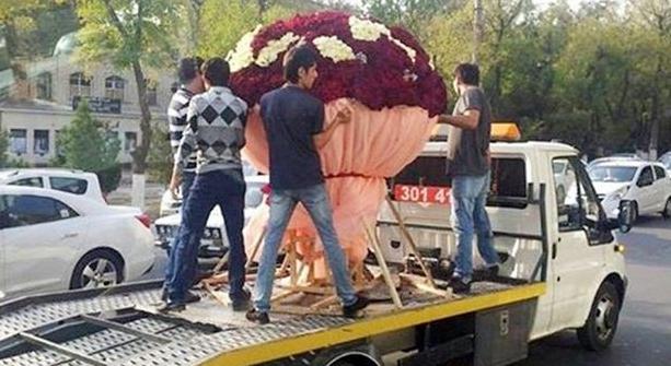 Житель Ташкента преподнёс своей невесте букет из 1000 роз