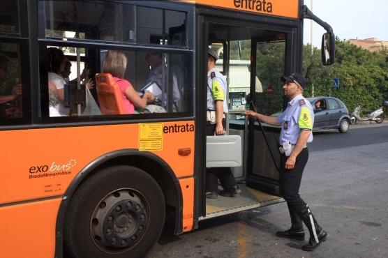Неаполь. Полицейские усиливают контроль проезда в автобусах