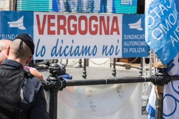Полицейские против премьер-министра Ренци: «Повышение зарплаты в размере 3 евро нас унижает»