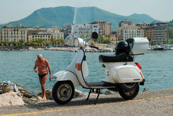 80-летний итальянец 45 лет водил скутер, не имея прав