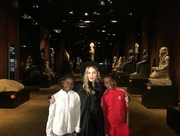 Мадонна с детьми в Музее Египта накануне трёх концертов в Турине