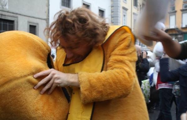 Неаполь. Битва подушками на площади Пьяцца дель Джезу