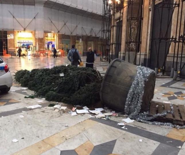 Галерея Умберто: вандалы уничтожили дерево желаний