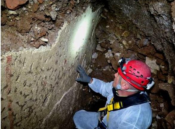 Рим. Старинная комната с фресками найдена при дорожных работах