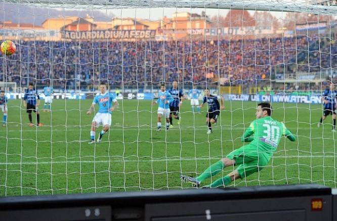 В быстрой контратаке Хамшик нашел одинокого Игуаина и аргентинец, выйдя на ворота соперника легко переиграл голкипера