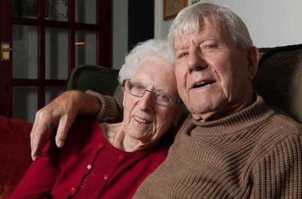 Влюбленные британцы-пенсионеры решили пожениться