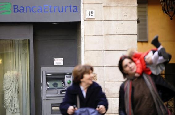 Тысячи жителей Италии потеряли сбережения в региональных банках