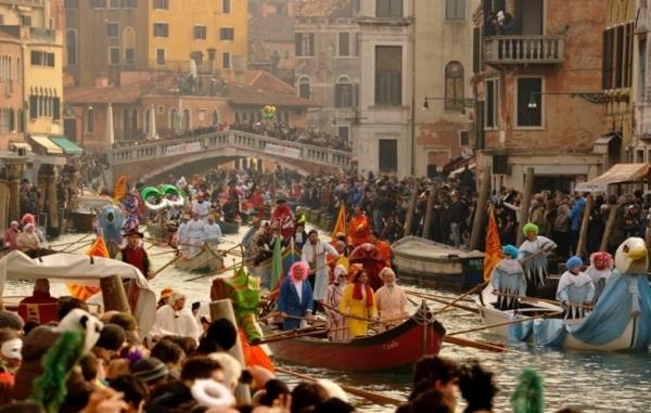 Традиционный карнавал торжественно открылся в Венеции