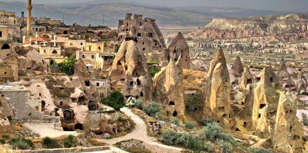 Он наполнен и множеством пещерных поселений, которые включены в список Всемирного наследия ЮНЕСКО
