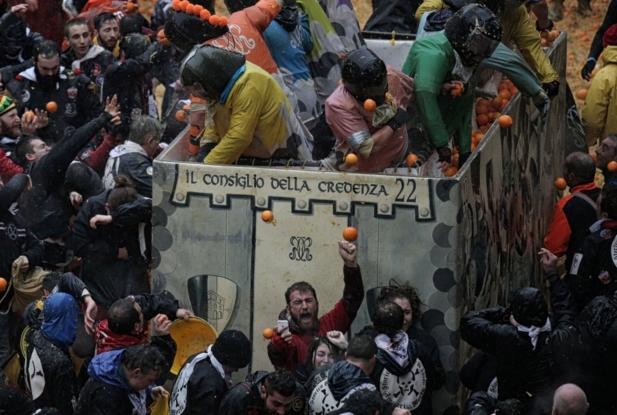 Итальянцы начинают национальный фестиваль «Битву апельсинов»)