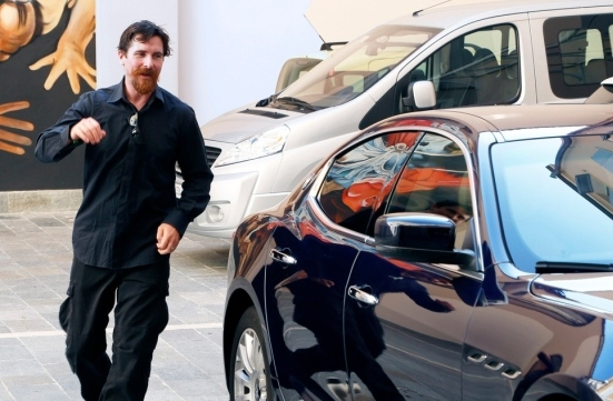 Актер Кристиан Бэйл неохотно покидает съемки биографической картины «Энцо Феррари»