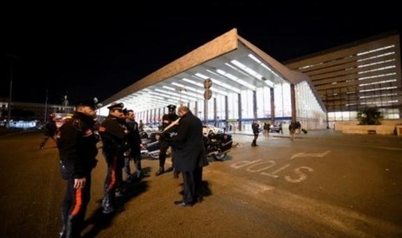 Мужчина с пистолетом спровоцировал панику в Римском метро