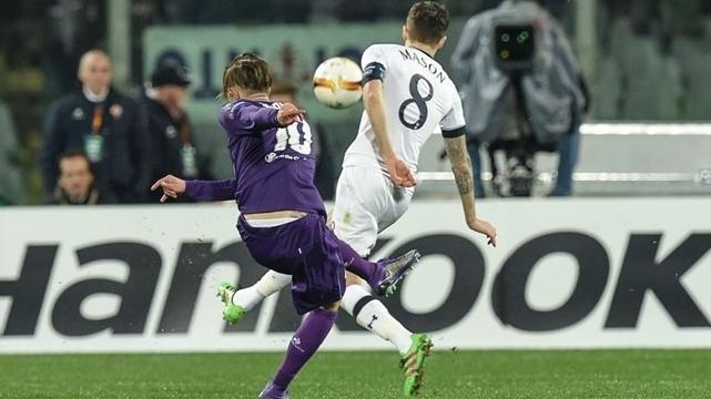 Федерико Бернадески нанес удар с дальней дистанции и мяч, рикошетом от ноги защитника англичан