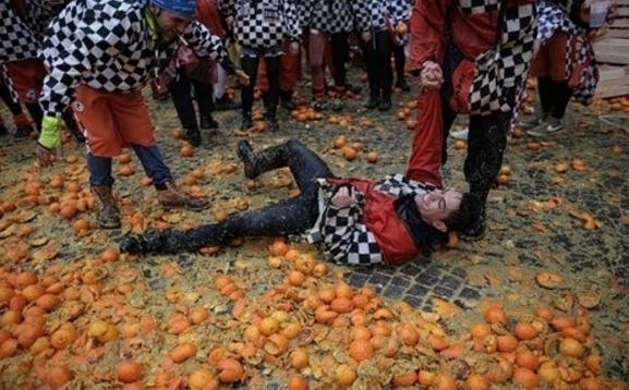 70 человек пострадали после итальянской апельсиновой битвы