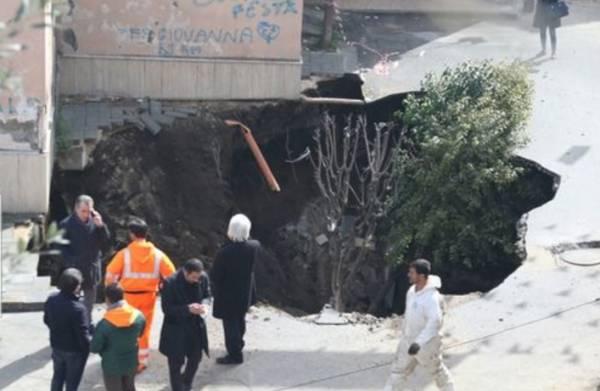 Огромная воронка поглотила автомобиль и деревья на итальянской площади