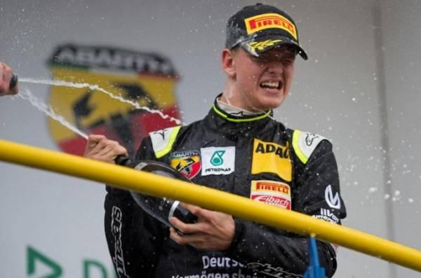 Сын Михаэля Шумахера покорил стартовую гонку «Формулы-4»