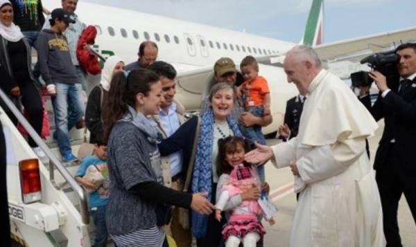 Папа Римский привез с собой в Ватикан 12 беженцев