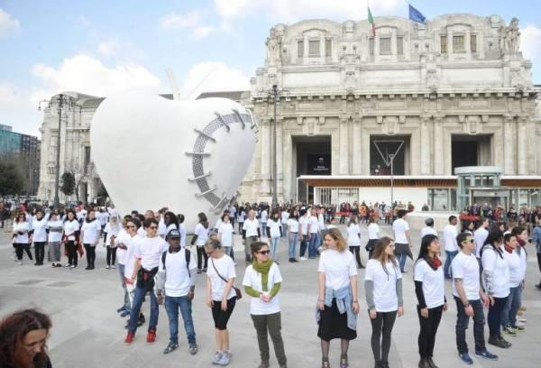 Инсталляция «Яблоко» поселилось на площади в Милане