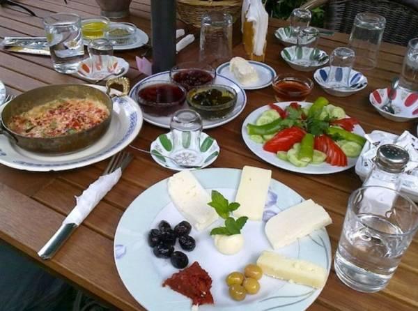 В Турции вначале подается несколько блюд