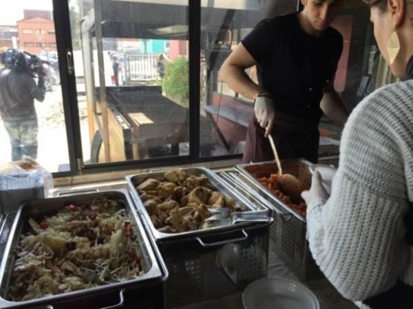 Мигранты пожаловались на качество еды. Для них наняли шеф-повара