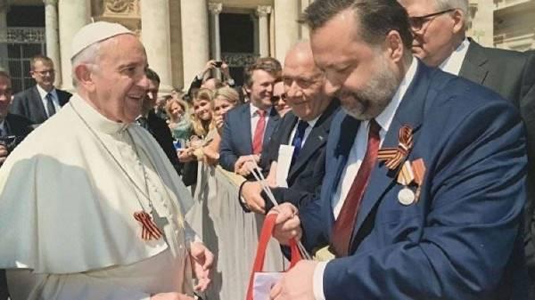 Папа Римский прикрепил на рясу Георгиевскую ленточку