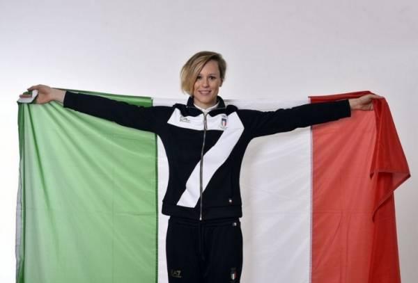 трехцветный флаг Италии в руках олимпийской чемпионки Пеллегрини