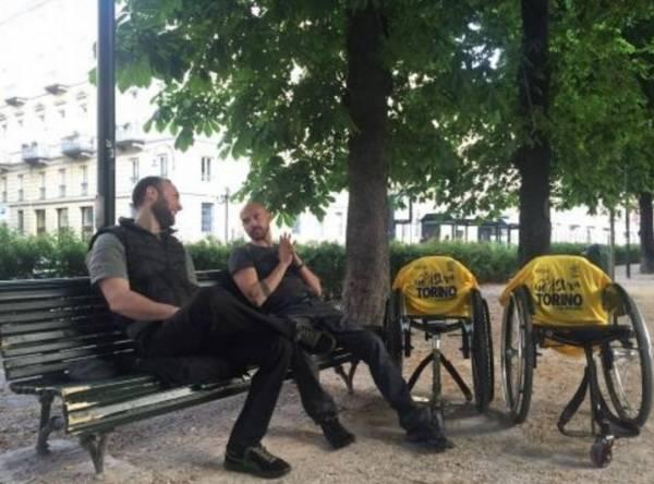 Два жителя Туринана инвалидных колясках, в путешествие по Италии