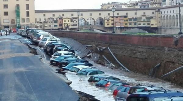 200-метровая воронка поглотила автомобили в центре Флоренции