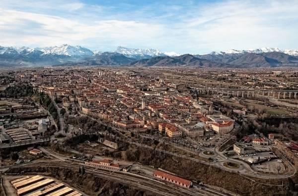 Город расположен на северо-западе Италии, в провинции Кунео