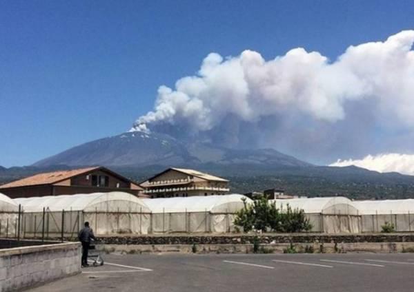 Над вулканом Этна нависло огромное облако пепла