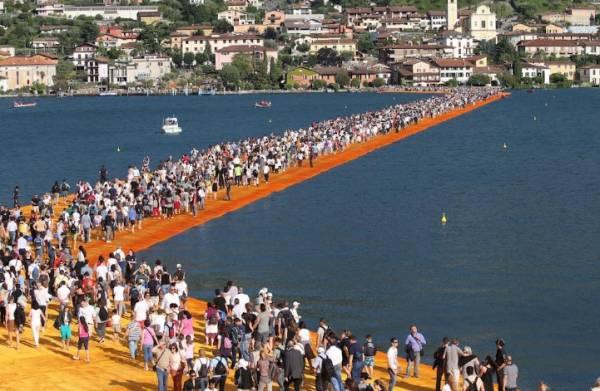«Плавающие мосты» на озере Изео закрылись