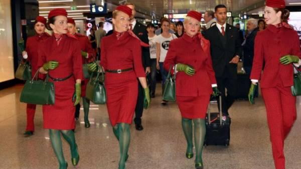 Рим. Стюардессы Alitalia оделись в новую форму