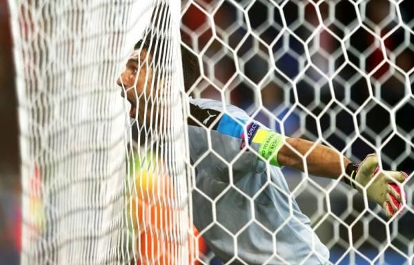 Джанлуиджи Буффон вытащил мяч в нижнем углу ворот