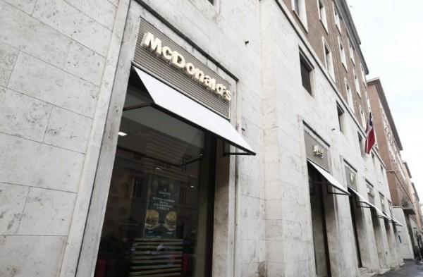 Несмотря на протесты, в Ватикане открылся Макдональдс