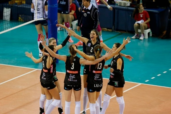 волейболистки из Модены достаточно легко одолели своих визави из Польш
