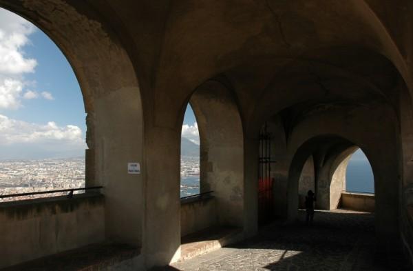 средневековый замок Сант-Эльмо на холме Вомеро