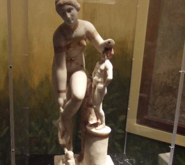 """статуя """"Венера в бикини"""""""