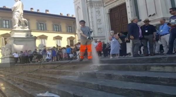 Мэр Флоренции разрешил лить воду на ступеньки церкви, прогоняя туристо