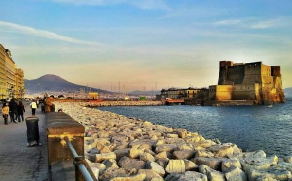 Сотни артистов на набережной Неаполя и Кастель-Дель-Ово