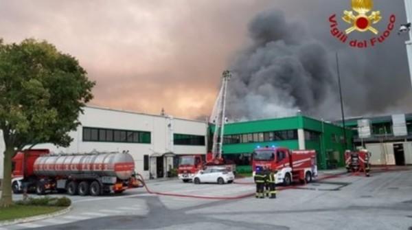 Италия: Сильный пожар на заводе пиццы