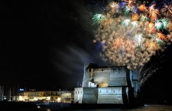 Неаполь, огни над морем: фейерверки в Кастель-дель-Ово