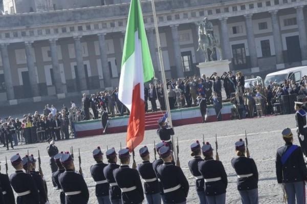 Неаполь. Вооруженные силы Италии: парад 4 ноября на площади Плебисцита