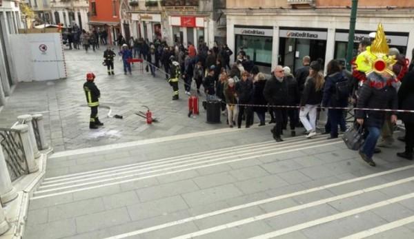 Венеция: внезапная вспышка пламени из под земли напугала туристов