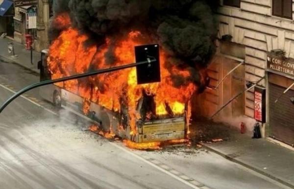 На оживленной улице в центре Рима взорвался пассажирский автобус