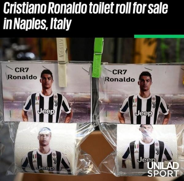 туалетной бумагой, на которой изображен именно Роналду.